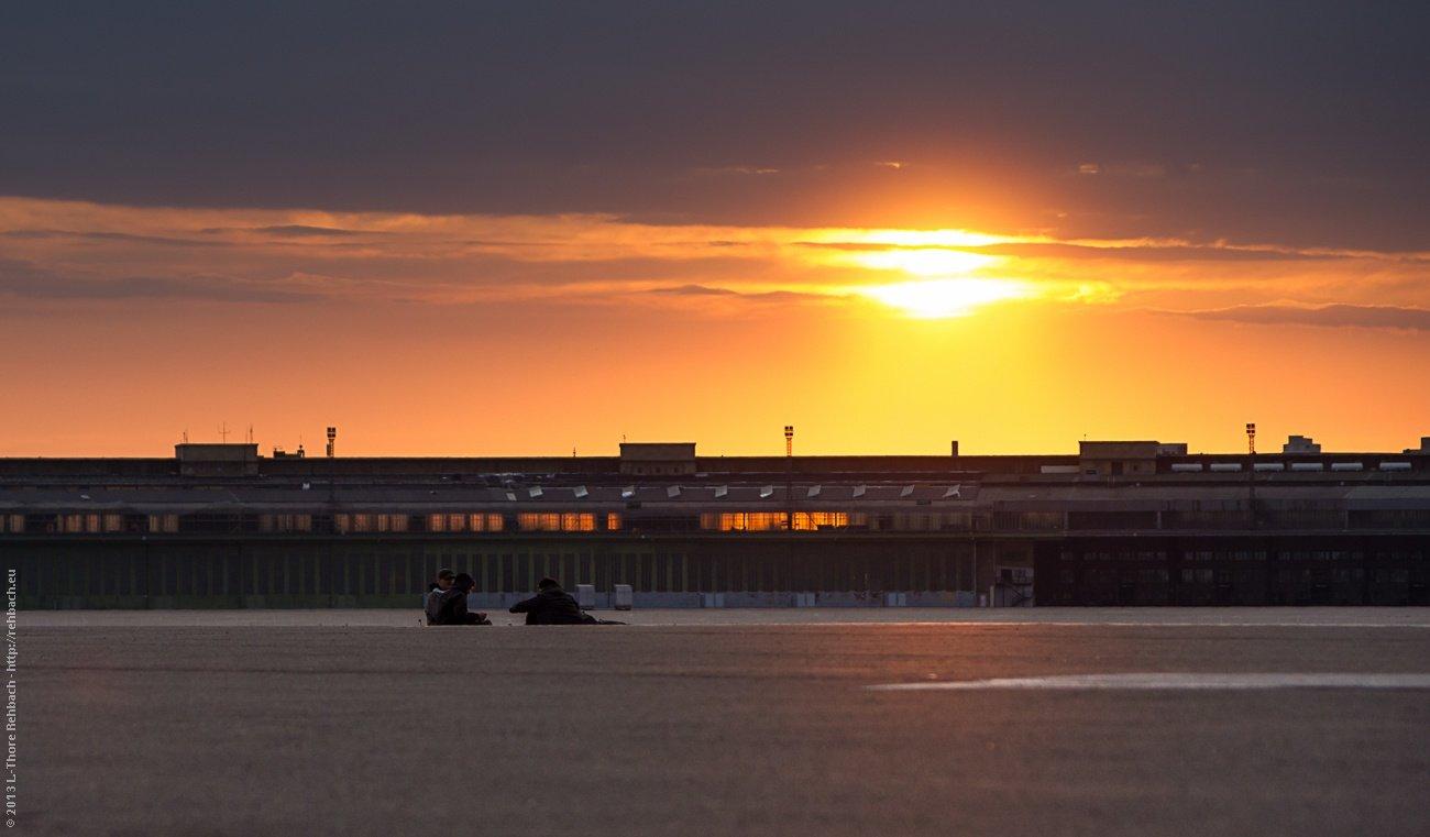 Auf dem Tempelhofer Flugfeld geht die Sonne unter